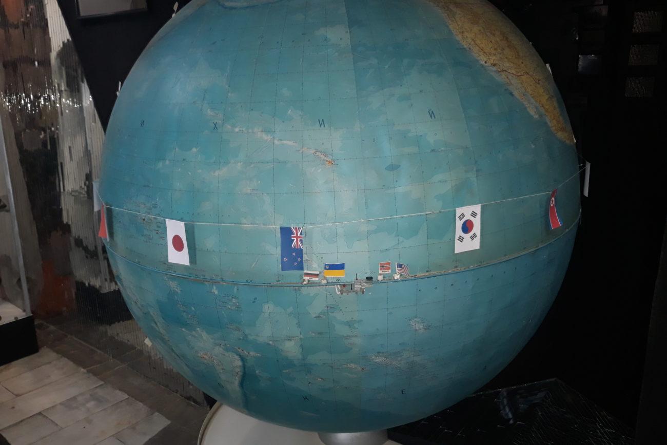 глобус Землі, на якому позначені місця космодромів та ракетних полігонів різних країн світу